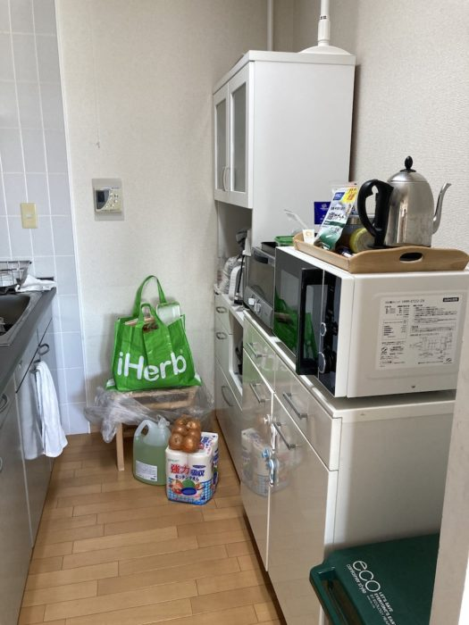 片付ける前のキッチンの写真